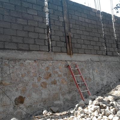 Cimiento de mampostería y muro colindante