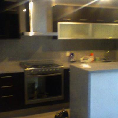 cocina en color wengue con cristales esmerilados