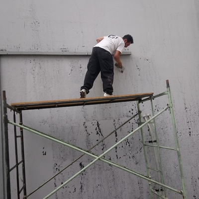 Limpieza de muro falsa adherencia.