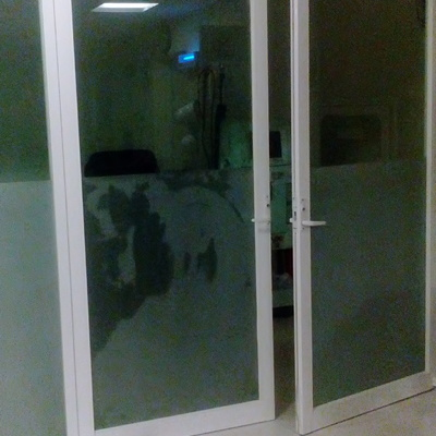 puerta abatible clinica