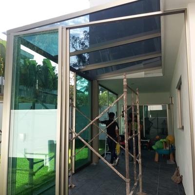 muro de vidrio con techo de cristal