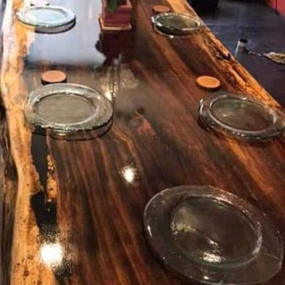 Mesa en madera fina y acabado de lujo.