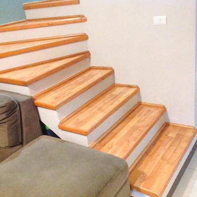 Escaleras madera clara