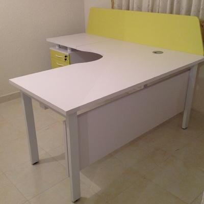 escritorio de computo con conector y pedestal