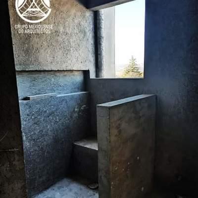 Baño con detalle de banco de concreto y nicho