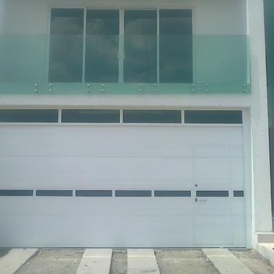 Puerta ascendente con ventanas