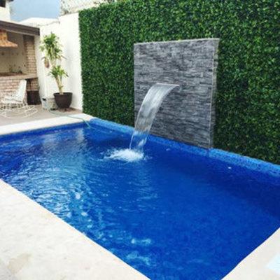 Cascada al lado de hermosa piscina