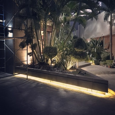 Iluminación en jardinera