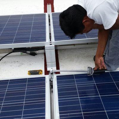Detalle de instalación de sistema fotovoltaico en playa