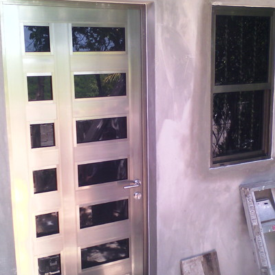 puerta residencial y ventana de guillotina