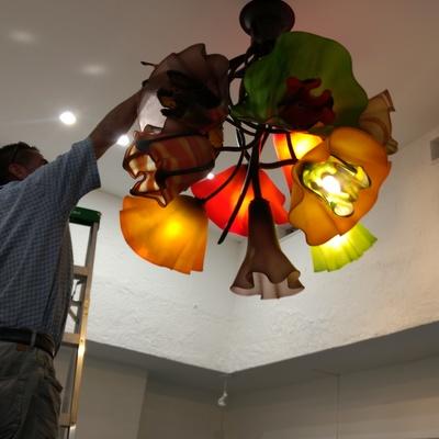 Armado de luminaria artesanal, flores vidrio soplado, Too Well Pilates