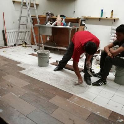 Colocación de revestimiento cerámico en piso.