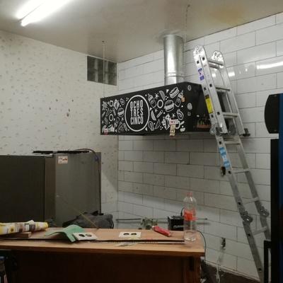 Colocación de recubrimiento cerámico en muro.