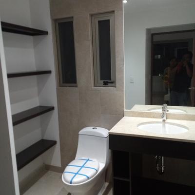 mueble de baño sencillo y repisas