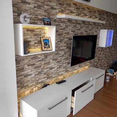 Mueble de sala con repisa, vitrina y cubo. En madera con terminación blanco brillante.