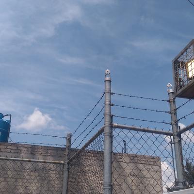 Instalación de reflectores con reja de seguridad