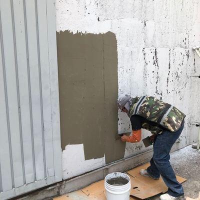 Proceso de recubrimiento de muro con Unibase (corev) material para intemperie.