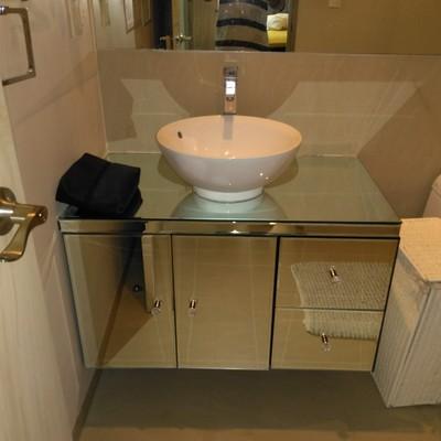 Mueble de baño de madera forrado en espejo biselado