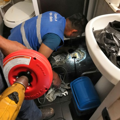 Desazolve de tubería cercana a WC