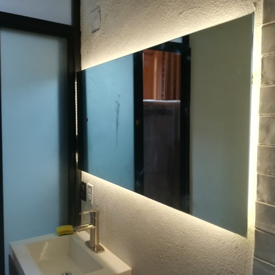 Luminaria en espejo del baño