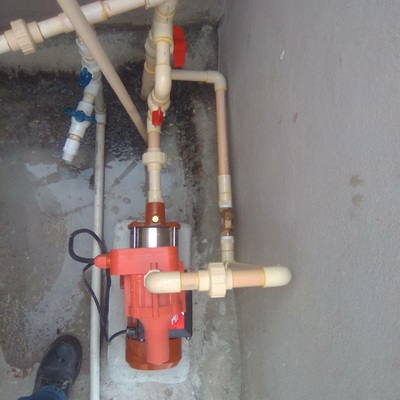 Instalación de bomba presurizadora de 4 servicios a la salida del tinaco