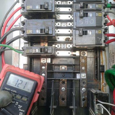Instalación de interruptores en centro de carga