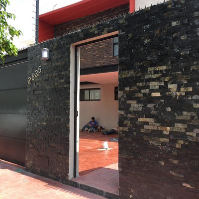 Fachaleta de piedra negro petro