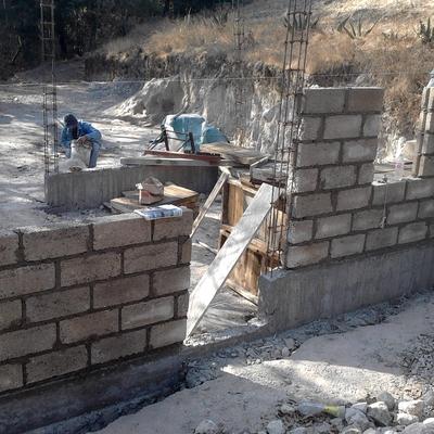 Inicio de levantamiento de muros