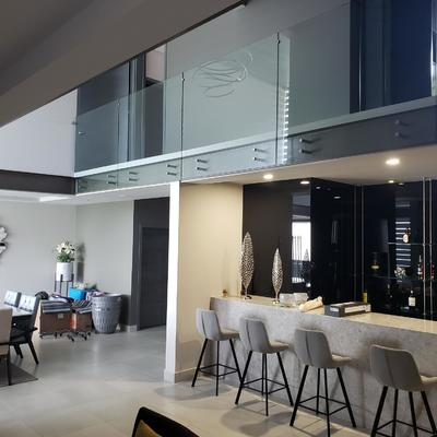 Interior Residencial Barandal y sala  de estar
