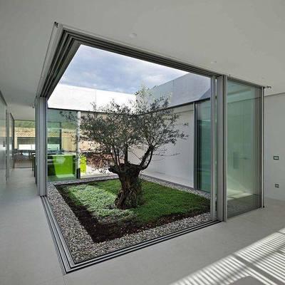 Jardín central con cancelería en cristal templado y aluminio
