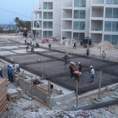Fotografía del proceso constructivo de alberca de condominio en Riviera Maya