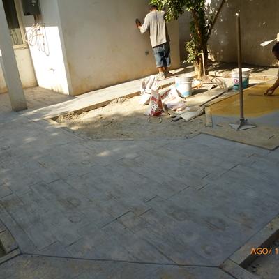 Concreto estampado en jardín y patio.