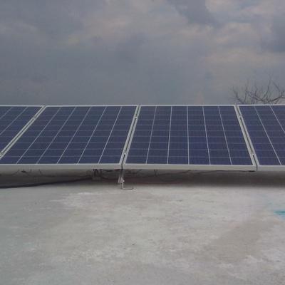 4 paneles solares montados en azotea plana