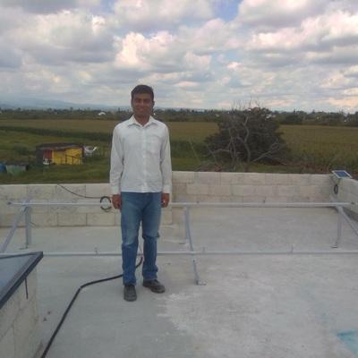 Aquí terminando de armar la estructura para soportar los paneles solares