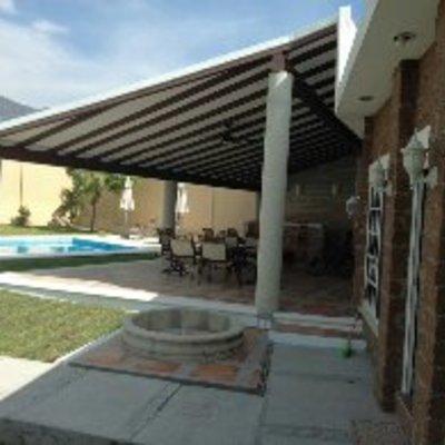 terraza con tina de hidromasaje y alberca