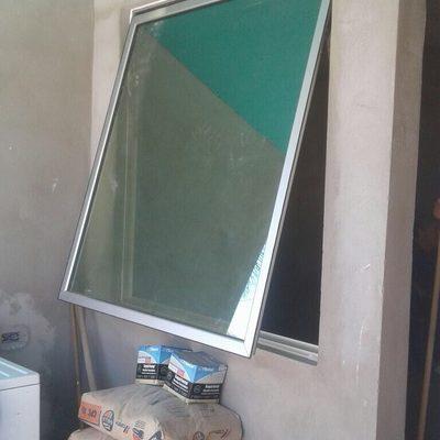 Ventana de proyección con vidrio reflectivo verde.
