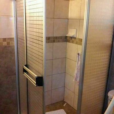 Puerta para baño con plástico decorativo.
