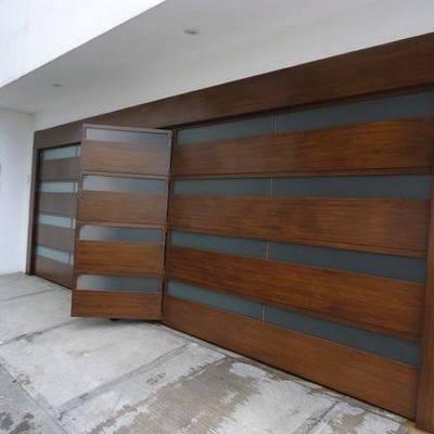 Portón eléctrico en aluminio tipo madera