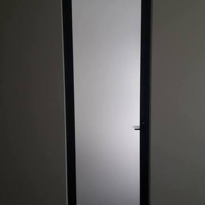 puerta abatible en aluminio y cristal
