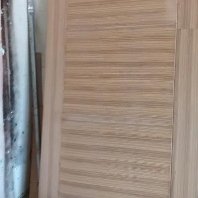 puerta principal enchapada en zebrano
