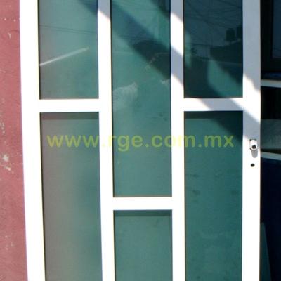 Puerta con retícula tipo dominó