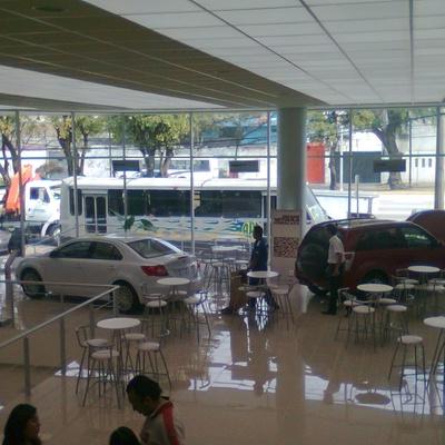 Sala de exhibición de autos en Agencia Suzuki