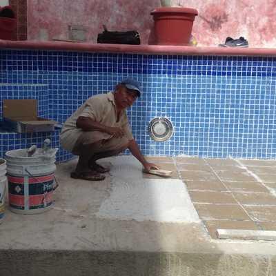 Pegado de Azulejos Vecenianos para Alberca en Cancún