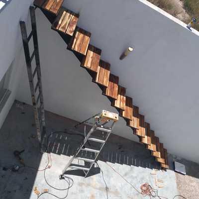 Escaleras exteriores en Teca