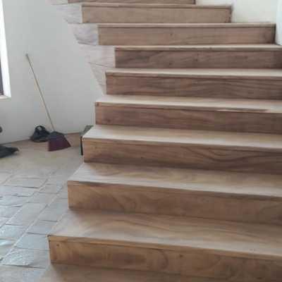 Escaleras interiores en parota.