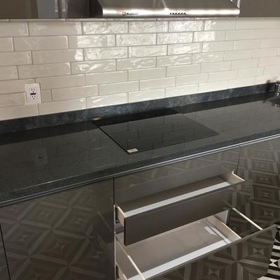 Diseño de cocineta al alto brillo para oficinas
