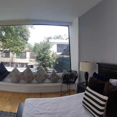 Dormitorio con vista al jardín