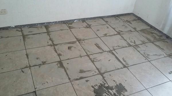 Foto colocaci n de piso cer mico de dise o y contrucci n for Precio colocacion piso ceramico