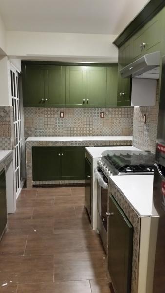 Foto Cocina De Concreto Forrada De Loseta Con Puertas De Madera De