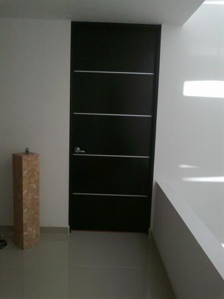 Foto puerta color chocolate de acabados residenciales en for Puertas de aluminio color madera precios